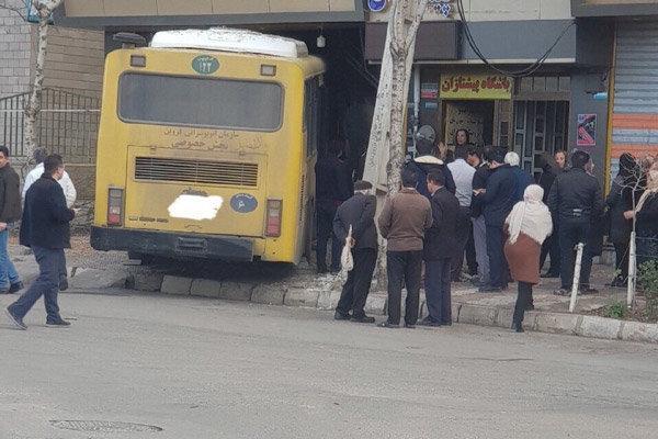 ورود اتوبوس در شهرک مینودر قزوین یک مغازه را تخریب کرد