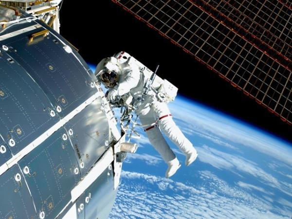 پارچه هوشمند غبار فضایی ایستگاه بین المللی فضایی را جمع می کند